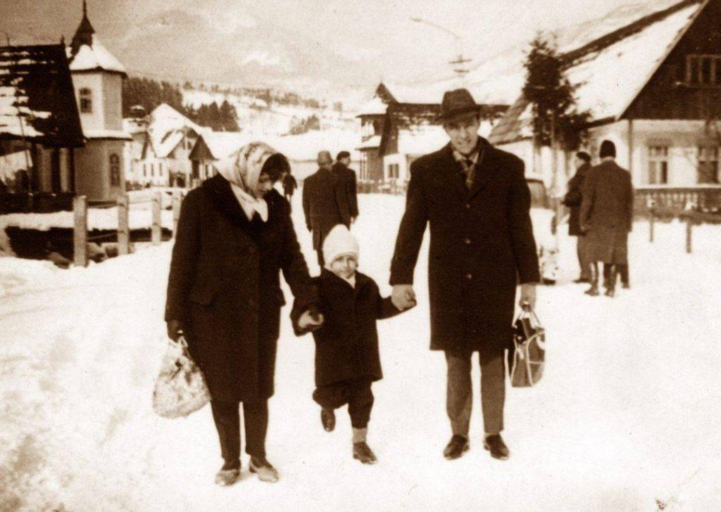 Gabi Balint alături de părinți, în iarna anului 1968