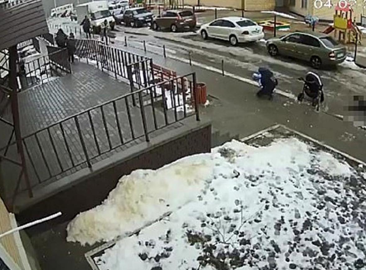 Bebeluș mort în căruțul peste care a căzut un sinucigaș de la etajul 17. Foto cenariont.com